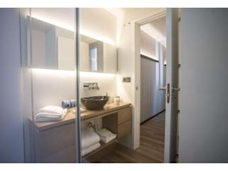 La vivienda de Ana en San Bernardo, Madrid: Baños de estilo moderno de Empresa constructora en Madrid