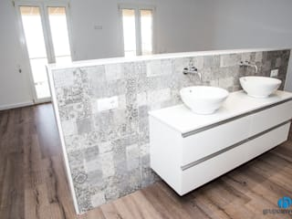 Grupo Inventia Baños de estilo moderno Compuestos de madera y plástico Blanco