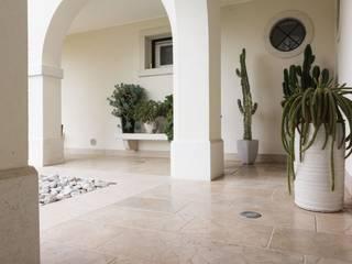 Angolo esterno in pietra Anticata : Terrazza in stile  di Viel Pietre