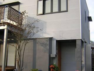 ガルバリウムトタンの外壁の家: アース・アーキテクツ一級建築士事務所が手掛けた一戸建て住宅です。