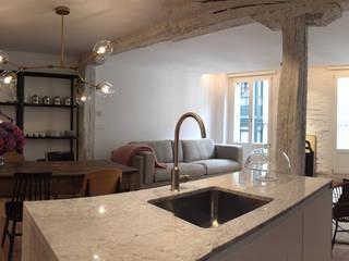Ventanas de PVC de diferentes colores para un piso de diseño en el Casco Viejo de Bilbao Cocinas de estilo moderno de Soluvent Window Solutions Moderno