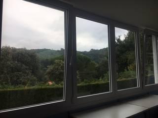 Cambio de ventanas en una vivienda en Plentzia de Soluvent Window Solutions Moderno