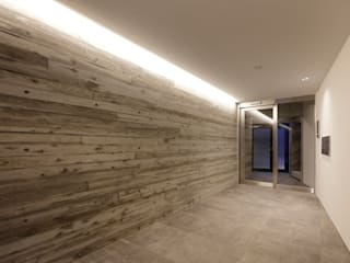 lani ebisu: 腰越耕太建築設計事務所が手掛けた廊下 & 玄関です。