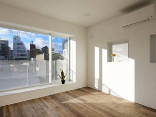 Dormitorios de estilo moderno de 腰越耕太建築設計事務所 Moderno