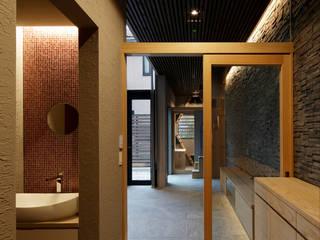 Pasillos, vestíbulos y escaleras modernos de 腰越耕太建築設計事務所 Moderno