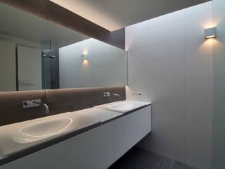 Casas de banho modernas por CHORA architecten Moderno