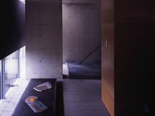TRAPEZOID 荒谷省午建築研究所/Shogo ARATANI Architect & Associates モダンスタイルの 玄関&廊下&階段 鉄筋コンクリート 黒色