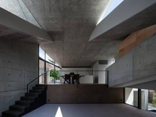 兵庫の住宅 荒谷省午建築研究所/Shogo ARATANI Architect & Associates モダンデザインの リビング 鉄筋コンクリート 灰色
