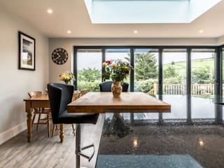 High Peak. Stunning views of the High Peak countryside from this family room extension Livings de estilo moderno de John Gauld Photography Moderno