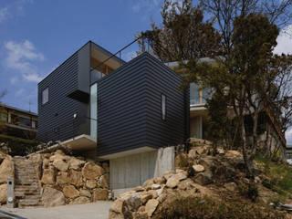 KRAMPON: 荒谷省午建築研究所/Shogo ARATANI Architect & Associatesが手掛けた一戸建て住宅です。