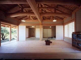 木造伝統構法の日本家屋「鴨川の家」: 木造伝統構法 惺々舎が手掛けたリビングです。,