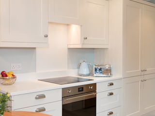 Charming Coastal Kitchen in Ballyholme Oleh ADORNAS KITCHENS Klasik
