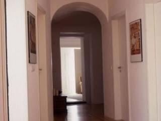 Minimalist corridor, hallway & stairs by Sofia Salema & Pedro Guilherme, Arquitectos LDA Minimalist
