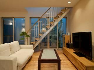 Salas / recibidores de estilo  por やまぐち建築設計室, Moderno Madera Acabado en madera