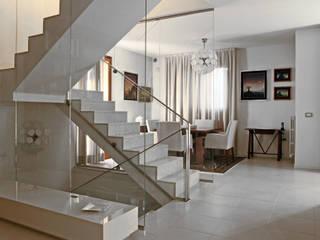 Villetta a schiera: Ingresso & Corridoio in stile  di stefania talevi