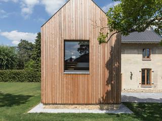 Nieuwe aanbouw met groot venster:  Rijtjeshuis door De Nieuwe Context