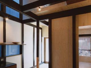 椹木町通の町家 荒谷省午建築研究所/Shogo ARATANI Architect & Associates クラシックデザインの ダイニング 無垢材 ブラウン