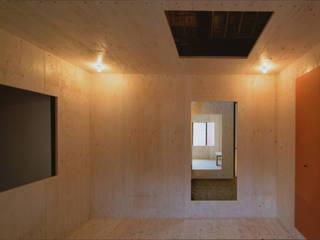 椹木町通の町家 荒谷省午建築研究所/Shogo ARATANI Architect & Associates クラシカルスタイルの 寝室 合板(ベニヤ板) 赤色