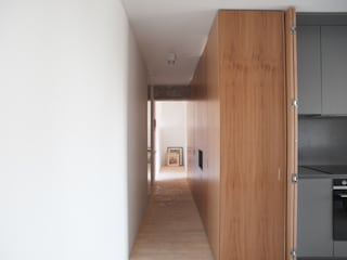 Scandinavian corridor, hallway & stairs by CROSBY STUDIOS Scandinavian