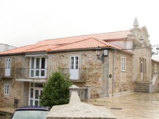 Rehabilitación de la Casa Consistorial de Lalín para dedicarla a Biblioteca Municipal Escuelas de estilo moderno de ENKIARQUITECTURA Moderno