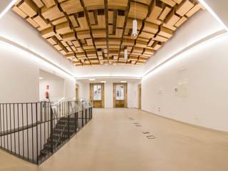 Rehabilitación de la Casa Consistorial de Lalín para dedicarla a Biblioteca Municipal Espacios comerciales de estilo moderno de ENKIARQUITECTURA Moderno