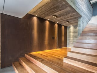 Pasillos, vestíbulos y escaleras rústicos de Belas Artes Estruturas Avançadas Rústico