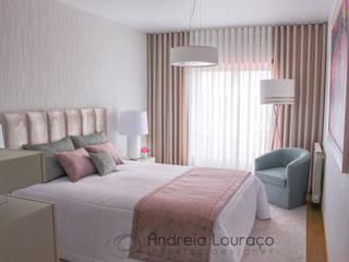 """PROJECTO DECORAÇÃO QUARTO/CLOSET   """"ROMANTIC HOTEL TOUCH""""  -  LEIRIA  2017: Quartos  por Andreia Louraço - Designer de Interiores (Contacto: atelier.andreialouraco@gmail.com)"""
