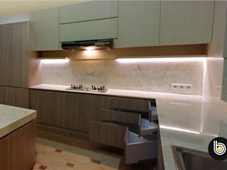Ngurah Rai Residence:  Unit dapur by BB Studio Designs