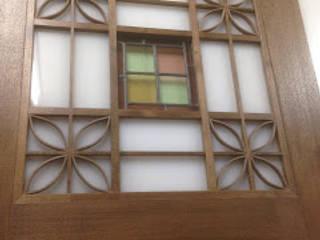 手持ちのステンドグラスを組み込ませた扉 クラシカルスタイルの 玄関&廊下&階段 の 木工房玄翁屋 クラシック