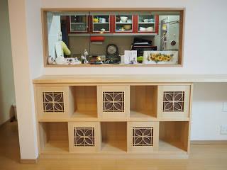 カウンターにぴったりサイズの棚: 木工房玄翁屋が手掛けた折衷的なです。,オリジナル