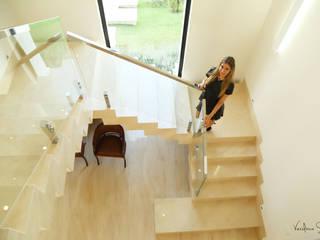Hành lang, sảnh & cầu thang phong cách kinh điển bởi Cia de Arquitetura Kinh điển