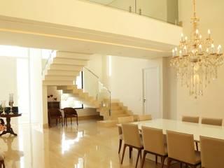 Phòng ăn phong cách kinh điển bởi Cia de Arquitetura Kinh điển