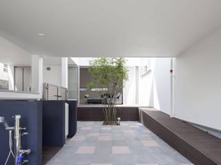 スロープの家・卍(愛犬家・愛猫家住宅): 前田敦計画工房が手掛けたリビングです。