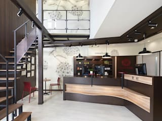 Hôpitaux originaux par 株式会社Juju INTERIOR DESIGNS Éclectique