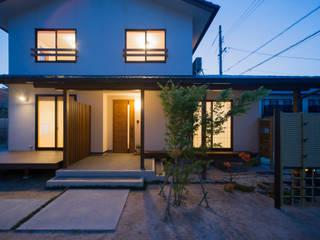 自然素材をふんだんに使用した心地よい住まい: 株式会社住宅デザイン研究所が手掛けた木造住宅です。
