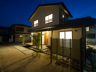 和の風情のある竹垣でプライバシーも確保: 株式会社住宅デザイン研究所が手掛けた木造住宅です。