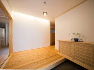 広い玄関ホール: 株式会社住宅デザイン研究所が手掛けた廊下 & 玄関です。