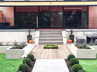 A Contemporary Garden with a Splash of Orange Giardino moderno di Gardenplan Design Moderno