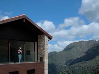 Rehabilitación en la Montaña: Casas unifamilares de estilo  de Iria Comoxo Estudio