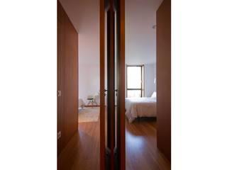 Apartamento 0: Dormitorios de estilo  de Iria Comoxo Estudio
