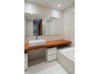 Apartamento 0: Baños de estilo  de Iria Comoxo Estudio