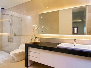 Baños de estilo moderno de e.Re studio architects Moderno