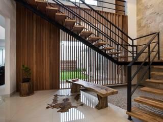 Pasillos, vestíbulos y escaleras modernos de e.Re studio architects Moderno