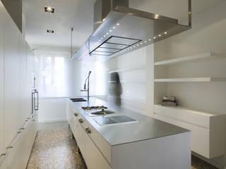 Встроенные кухни в . Автор – zanon architetti associati, Модерн