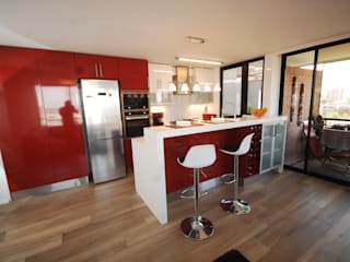 Cocina enchape laminado rojo cubierta Silestone blanco.:  de estilo  por ABS Diseños & Muebles