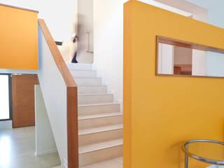 Pasillos y recibidores de estilo  por [ER+] Arquitectura y Construcción