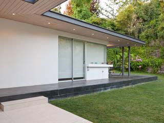 Minimalist Balkon, Veranda & Teras [ER+] Arquitectura y Construcción Minimalist