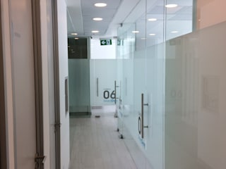 Minimalist Klinikler [ER+] Arquitectura y Construcción Minimalist