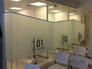 Clínicas y consultorios médicos de estilo minimalista de [ER+] Arquitectura y Construcción Minimalista