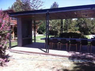 Balcones y terrazas de estilo minimalista de [ER+] Arquitectura y Construcción Minimalista